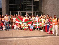 2005eko Korrikan parte hartu zuten lagunak Txileko Euskadiko Ordezkaritzaren parean