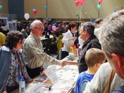 Una edición anterior de Sarako Idazleen Biltzarra. El escritor suletino Jean-Louis Davant, a la izquierda, saluda a un lector (foto EuskalKultura.com)
