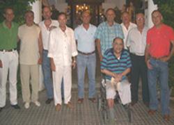 Paco Aguiló, gurpil aulkian, Mallorcako pilotari kideek inguratuta (argazkia Matías Barceló)