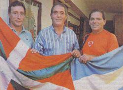 Marcelo Zozaya (futbol koordinatzailea), Javier Clúa (EEko lehendakaria) eta Daniel Borghetti (futbol irakaslea) eskolaren aurkezpenean (arg. El Día)