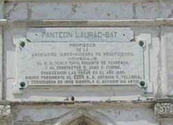 Hilerria. Habanako leku ikusgarrian dagoen Laurac-Bat panteoiaren plaka, Asociación Vasco-Navarra de Beneficencia jabe (argazkia Rakel Agirre-Berria)