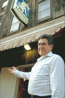 The founder of Jai-Alai, Iñaki Cenicacelaya, in front of the restaurant in Dover, New Jersey (photo archive EuskalKultura.com)