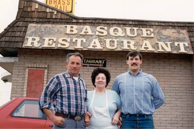 Archive picture of the Larrañagas in front of their Brass Rail restaurant in Alturas, California (photo EuskalKultura.com)