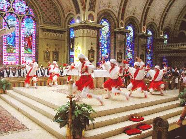 """""""Oñati Dantzari Taldeak"""" boisetartu egin ditu Oñatiko Korpus Eguneko dantzak eta urtero dantzatzen ditu Boiseko katedralean"""