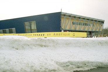 """Quebec-eko Trois Pistoles herriko """"Parc de l'aventure basque en Amérique"""" neguko ohiko elurrek inguratuta (argazkia EuskalKultura.com)"""