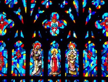 Lo medieval se encuentra con lo moderno en las vidrieras de St. Henry's Church en Bayonne, obra de Simon Berasaluce (foto JC)