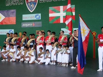 Pilotari filipinarrak eta euskaldunak Filipinetan jokatutako txapelketa batean (argazkia Eusko Basque)