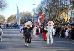 Saladilloko Euskal Etxeko ordezkariak desfile batean