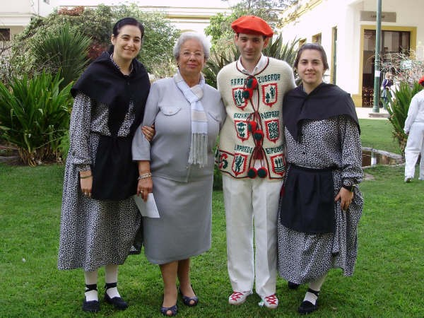 Vanesa Felix, Izaskun Ordoqui, Aitor Alava eta Belen Girasole, Llavallol-eko Euskal Echearen Euskal Jaian (argazkia EuskalKultura.com)