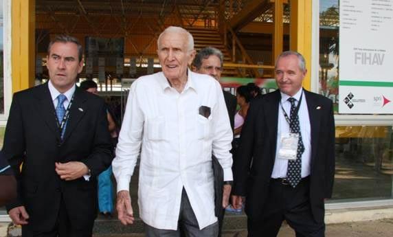 Mauri Lazkano, SPRIko zuzendaria (ezkerrean), eta Kubako Ministro Kontseiluko presidenteorde Jose Ramón Fernández (erdian), azokan