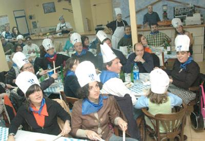 Socios de la Euskal Etxea de Murcia tocan y siguen a través de ETB la Tamborrada de 2007 (foto MurciaEE)