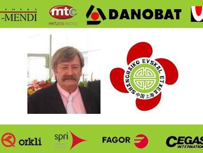Juanito Sarasola eta Shanghaiko Euskal Etxearen logoa