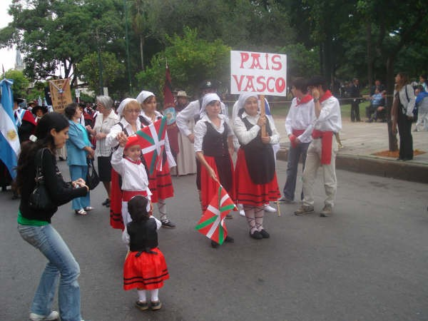 Gure Etxeako ordezkariak desfilearen une batean (argazkia SaltaEE)
