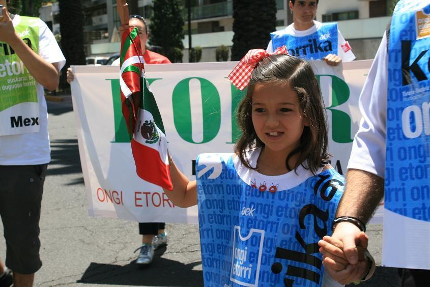 Mexikoko Euskal Etxeko gaztetxoek ere lagundu zuten Korrika 16ko lekukoa eramaten (argazkia Vascosmexico.com)