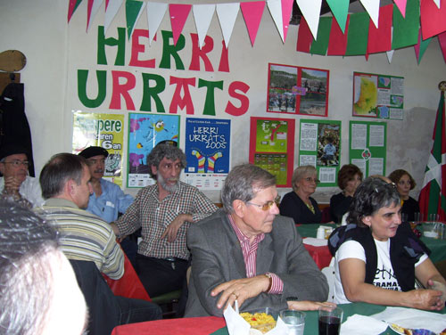 Buenos Airesko Herri Urrats, lehen lerroan Ramuntxo Camblong eta Buenos Airesko Euskaltzaleak elkarteko lehendakari den Teresa de Zavaletaren ondoan