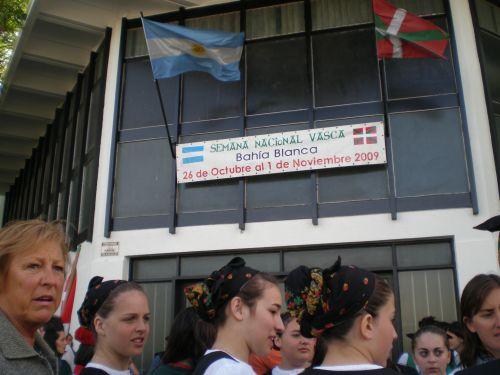 Dantzaris y participantes de la fiesta vasca de Bahía Blanca frente al centro vasco bahiense (reportaje fotográfico y videos EuskalKultura.com)