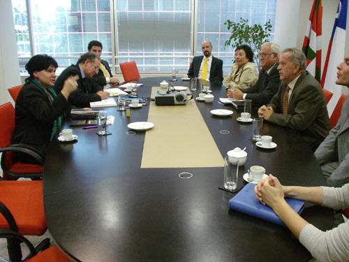 La reunión supuso una primera toma de contacto de Eusko Etxea de Viña-Valparaíso con la nueva delegada de Euskadi en Chile y Perú, Ana Urchueguía