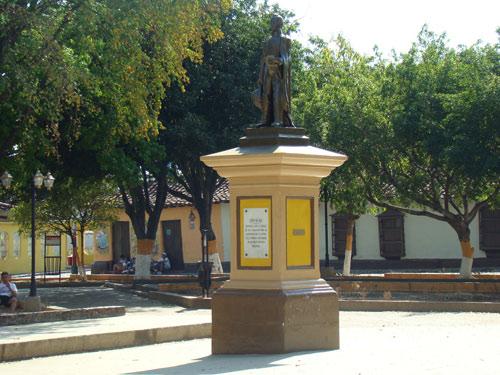 Plaza de San Sebastián de los Reyes, Venezuela, con la imagen de Simón Bolívar en el centro. En esta plaza fue fusilado en 1814 Guillermo Zarrasqueta Urribarri (foto PJAA)