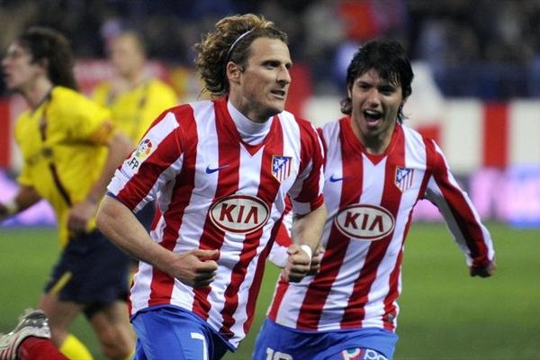 Diego Forlán (a la izquierda), junto a Sergio Aguero (foto Apuestas.pro)
