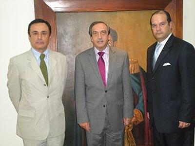 Euskadiren Kolonbiarako ordezkaria, Iñaki Martinez, Antioquiako gobernadore Luis Alfredo Ramos eta Nekazaritza idazkari Edgar Arrublarekin.