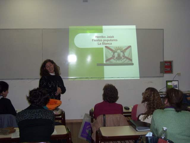 Alumnos presentan trabajos sobre cultura vasca. (Foto EuskalKultura.com)