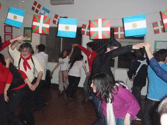 Ibai Ondoko Etxeko eta Ekin Dantzari Taldeko kideek elkarrekin dantzatzen Buenos Aireseko II. Jauzi Egunean (argazkia EuskalKultura.com)