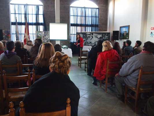 La profesora Elena Itcea Gorazurreta durante su charla en el salón principal de Toki Eder (foto EE)