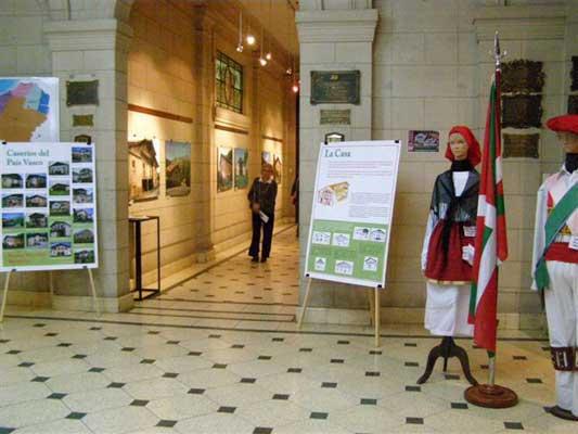 """La muestra """"Caseríos Vascos"""" se expuso en salas importantes del Museo Bernardino Rivadavia, entre ellas, el hall de entrada y las galerías de acceso"""