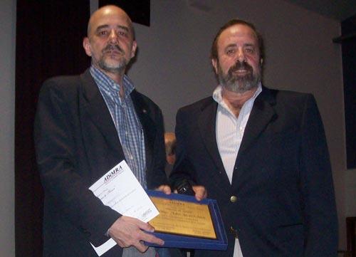 Entrega a Fabio Echarri (izda.) del premio a la trayectoria cultural por parte de Carlos Vairo, presidente de ADiMRA y director del Museo del Presidio de Ushuaia.