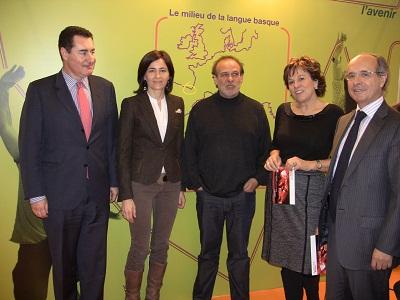 Azkue Fundazioko arduradunak eta Euskal Kultur Erakundeko Pantxoa Etchegoin Pariseko Expolangues azokan