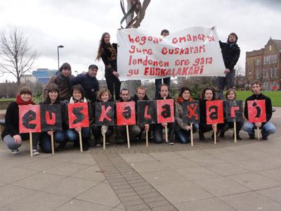 Londreseko Euskal Etxeko kideek klip bat ere grabatu dute Korrika 17 dela eta (argazkia LondonEE)