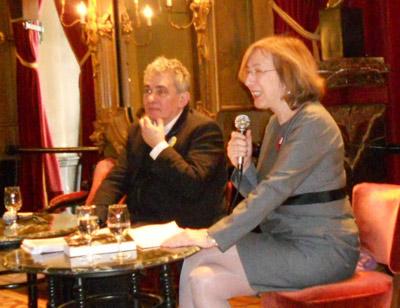 Bernardo Atxaga eta Maria Gonzalez Encinar, Bruselako Cervantes Institutuko zuzendaria, hitzaldian (argazkia Manga Ancha)