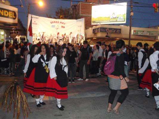 Agertokian baita kalean ere dantzan Cañuelaseko V. Dantzari Topaketan (argazkia EuskalKultura.com)