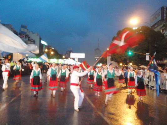 9178e5b916 Los vascos participaron en el desfile de colectividades en el marco de los  festejos por el