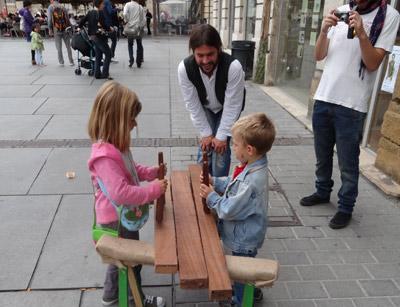 El sonido de la txalaparta atrajo a muchos curiosos y se realizaron talleres de iniciación para niños y adultos (foto BordeleEE)
