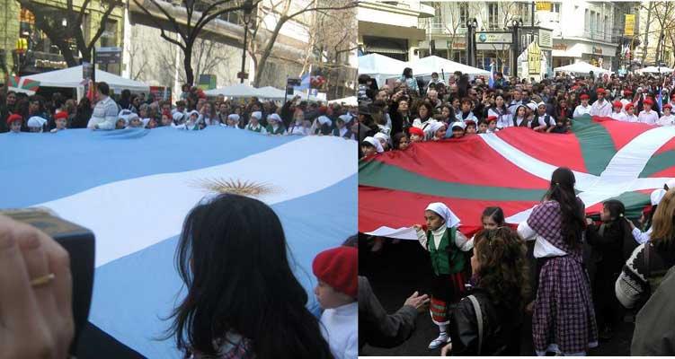 Dos símbolos del 'Buenos Aires celebra al País Vasco': la bandera argentina y la ikurriña (foto C. Cordara)