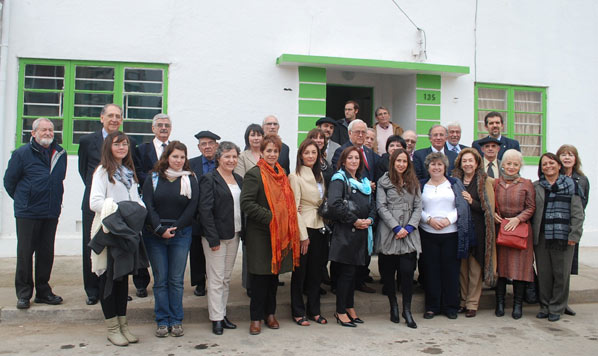 Representantes institucionales e invitados a la inauguración, frente a la sede recién inaugurada de Eusko Etxea de Viña-Valparaíso