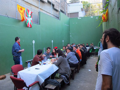 The fronton of the club had to be used as a dining room, decorated with ikurriñas and senyeras, the Catalonian flag (photo SydneyEE)