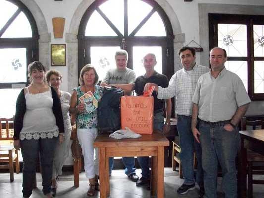 Otsailaren 25ean eskuratu zitzaizkien materialak Eskola Kontseiluko Maximiliano Rodriguez-i eta Lorenza Marquez-i (argazkia EE)