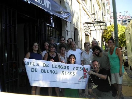 Aldaketa egiten: Euskaltzaleak-eko kide talde bat trasteak egoitza berrira mugitzen (argazkiaEE)
