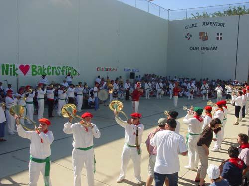 Euskal festa Bakersfield-eko euskal etxeko pilotalekuan, klika jotzen ari delarik (argazkia EuskalKultura.com)