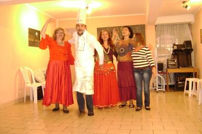 Giroa bikaina izan zen inaugurazio festan; irudian Oskar Goitia chef/presidentea dantza taldeko kideekin (argazki Eusko Brasildar EE)