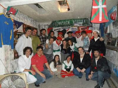Baietz taldeko kideak Mendozako Denak Bat Euskal Etxeko gazteekin, 2011ko Aberri Eguneko ospakizunean