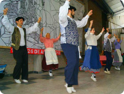 El grupo Ekin Dantzari Taldea de Buenos Aires participará en la convocatoria de San Fermín que ha organizado Eusketxe de la capital porteña para este próximo sábado (argazkiaEE)