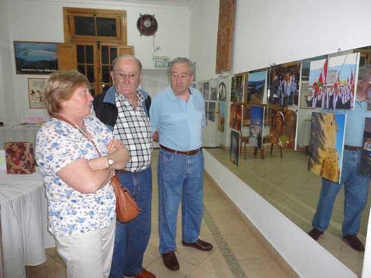 Ana María Gancedo de Vieytes, José Irazabal y Tomás Barrena disfrutando de la muestra (foto M. E. Arrondo)