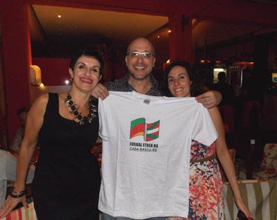 La presidenta de la Euskal Etxea de Rio Grande do Sul, Ana Luiza Etchalus (izquierda) posa junto a otros dos socios con la camiseta del centro vasco brasileiro (foto RioGrandeSulEE)