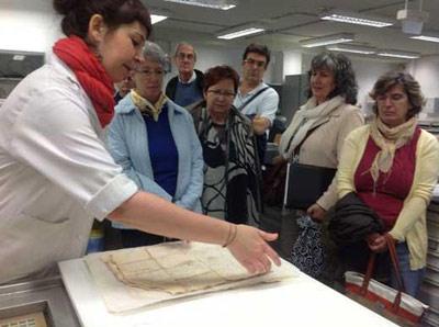 Restaurando documentos históricos en el Archivo General de Navarra (foto Antzinako)