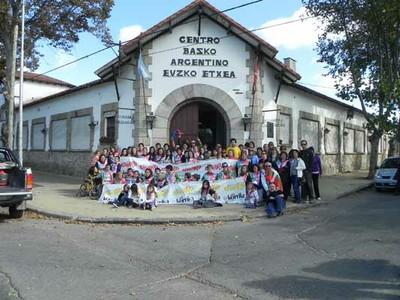 Los integrantes del Euzko Etxea en una foto del Aberri Eguna y la Korrika 2011 (foto EE)