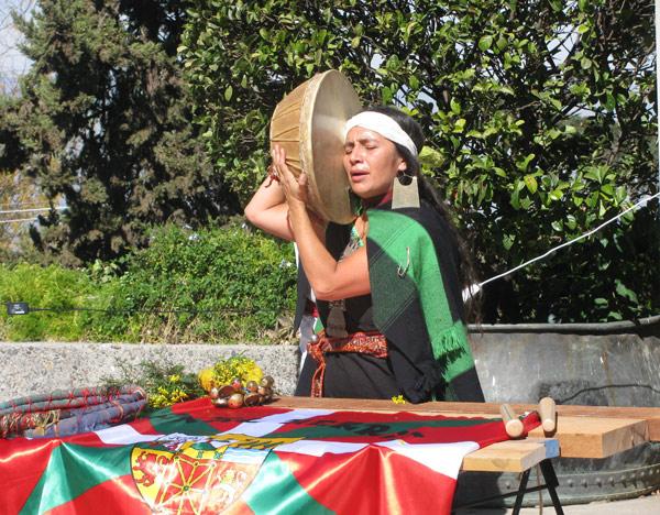 """Esta """"machi"""", autoridad religiosa mapuche, realizó una ceremonia en la que se bendijo la ikurriña, en el Aberri Eguna celebrado en el Cerro San Cristóbal de Santiago de Chile (foto GureEtorkiaEE)"""