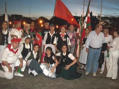 Integrantes del Centro Vasco de Salto durante las festividades del Día del Inmigrante (foto SaltokoEuskaldunenTaldea)